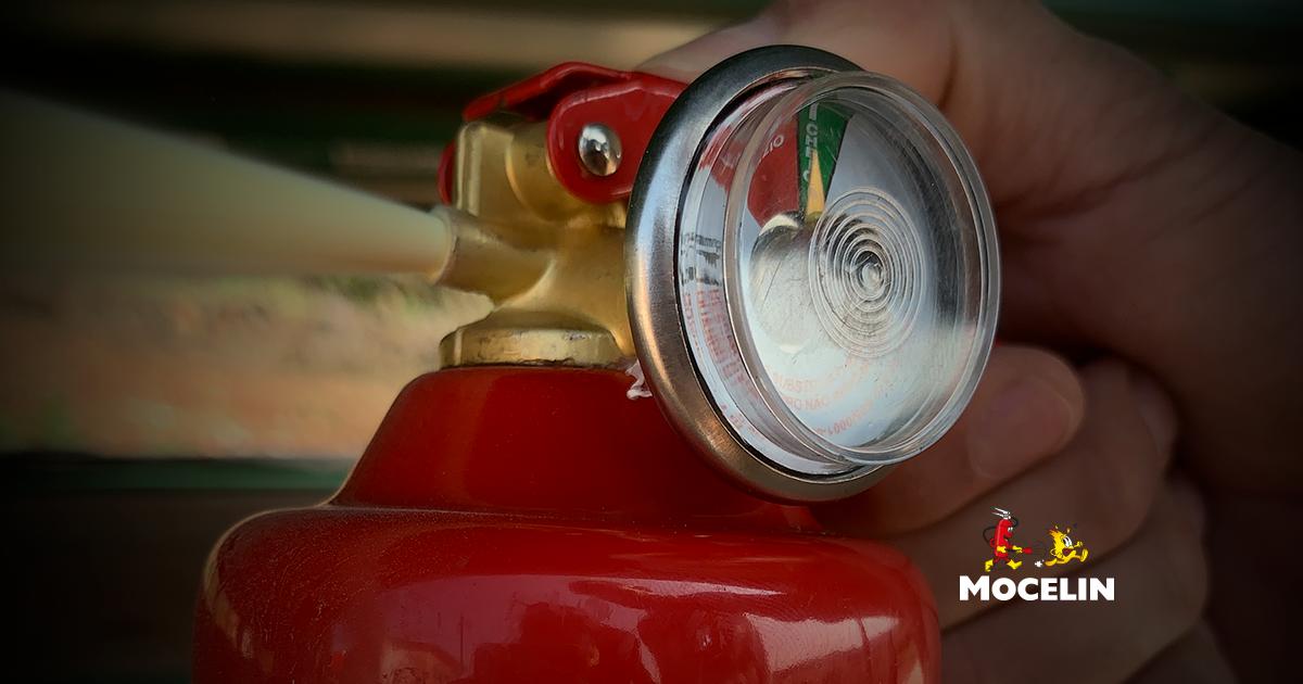 extintor automotivo - na imagem tem um mão acionando o extintor