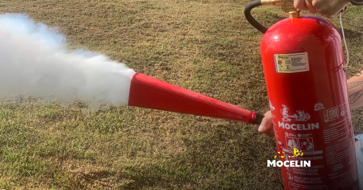 Extintor de CO2 - um extintor na cor vermelho acionado em um gramado